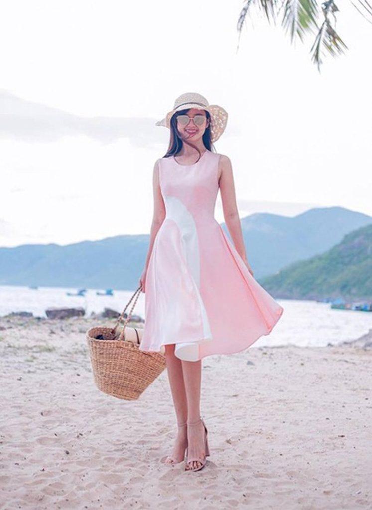 người đẹp midu chọn túi xách lớn lục bình cho lần dạo biển